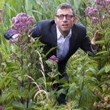Hombre de negocios masculino perdido que oculta para las soluciones estratégicas de la dirección al aire libre Fotos de archivo