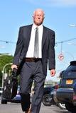 Hombre de negocios mayor adulto serio Walking imagen de archivo