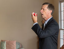 Hombre de negocios mayor con el inhalador del asma Fotos de archivo