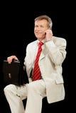 Hombre de negocios mayor con el teléfono celular Fotografía de archivo libre de regalías