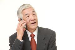 Hombre de negocios mayor con un teléfono elegante Fotos de archivo libres de regalías