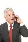 Hombre de negocios mayor con un teléfono elegante Fotografía de archivo libre de regalías