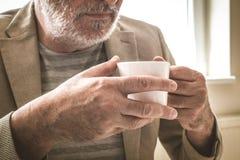 Hombre de negocios mayor con una taza de café Cierre para arriba Fotos de archivo