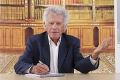 Hombre de negocios mayor en su escritorio imagen de archivo libre de regalías