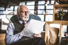 Hombre de negocios mayor en su oficina Retrato foto de archivo