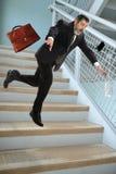 Hombre de negocios mayor Falling en las escaleras Fotos de archivo
