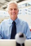 Hombre de negocios mayor feliz usando Skype Imagen de archivo libre de regalías