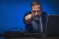 Hombre de negocios mayor malvado que señala el finger imagen de archivo libre de regalías