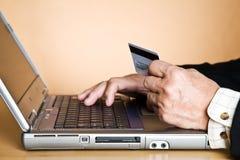 Hombre de negocios mayor que compra en línea Fotos de archivo libres de regalías