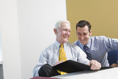 Hombre de negocios mayor que consulta con el personal. Fotografía de archivo libre de regalías