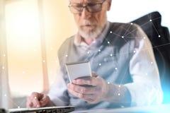 Hombre de negocios mayor que lee un mensaje en su teléfono móvil, efecto luminoso, sobrepuesto con la red imagenes de archivo