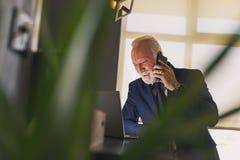 Hombre de negocios mayor que tiene una conversación telefónica foto de archivo