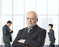 Hombre de negocios mayor severo imagen de archivo