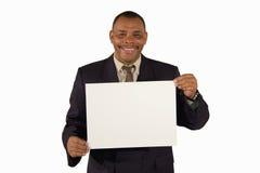 Hombre de negocios mayor sonriente que presenta a una tarjeta fotografía de archivo libre de regalías