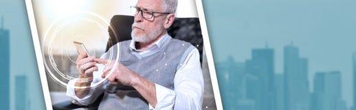 Hombre de negocios mayor usando su teléfono móvil, efecto luminoso, sobrepuesto con los diagramas Bandera panorámica fotografía de archivo