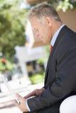 Hombre de negocios mayor Using Laptop imágenes de archivo libres de regalías