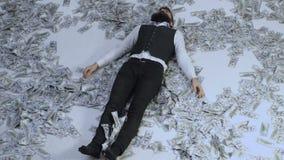 Hombre de negocios, millonario, multimillonario, hombre barbudo con muchos billete de banco Hombre de negocios que miente en bill almacen de metraje de vídeo