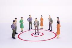 Hombre de negocios miniatura de la gente en gráfico de círculo rojo fotos de archivo libres de regalías