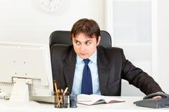Hombre de negocios moderno alerta que mira en esquina imagen de archivo