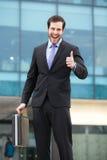 Hombre de negocios muy feliz que muestra la muestra aceptable fotografía de archivo libre de regalías