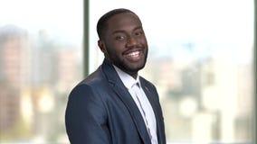Hombre de negocios negro africano alegre en ligar del traje almacen de video
