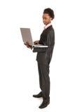 Hombre de negocios negro con la computadora portátil Fotografía de archivo libre de regalías