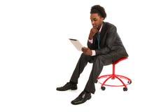 Hombre de negocios negro con PC de la tablilla imagen de archivo libre de regalías