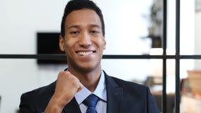 Hombre de negocios negro emocionado Celebrating Success Imágenes de archivo libres de regalías