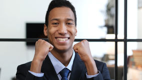 Hombre de negocios negro emocionado Celebrating Success, logro Imagenes de archivo