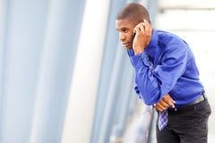 Hombre de negocios negro en el teléfono Foto de archivo