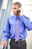 Hombre de negocios negro en el teléfono Foto de archivo libre de regalías