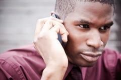 Hombre de negocios negro en el teléfono Imagenes de archivo
