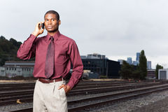 Hombre de negocios negro en el teléfono Fotos de archivo libres de regalías