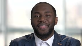 Hombre de negocios negro joven de risa metrajes