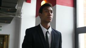 Hombre de negocios negro Leaving Office, caminando en pasillo metrajes