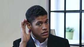 Hombre de negocios negro Listening Secret Carefully almacen de metraje de vídeo