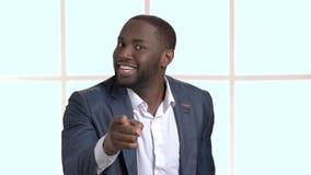 Hombre de negocios negro que gesticula con el dedo índice almacen de video