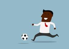 Hombre de negocios negro que gotea con la bola Imagen de archivo libre de regalías