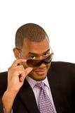 Hombre de negocios negro que mira sobre sus gafas de sol Fotografía de archivo