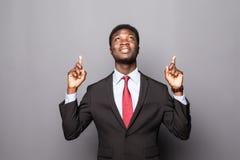 Hombre de negocios negro que señala para arriba aislado sobre blanco Fotografía de archivo