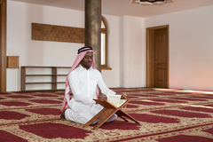 Hombre de negocios negro Reading The Koran Foto de archivo libre de regalías