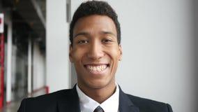 Hombre de negocios negro sonriente en el traje, retrato