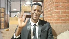 Hombre de negocios negro Waving Hand, hola, hola, retrato metrajes
