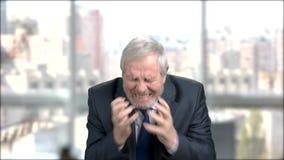 Hombre de negocios nervioso desesperado, fondo borroso metrajes