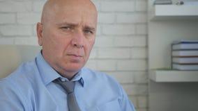 Hombre de negocios nervioso y decepcionado Looking a la cámara irritado fotografía de archivo libre de regalías