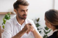Hombre de negocios o agente de la hora que habla con el trabajador de sexo femenino o el candidato fotografía de archivo libre de regalías