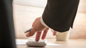 Hombre de negocios o contable que hace el cálculo financiero importante Imagen de archivo libre de regalías