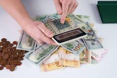 Hombre de negocios o contable que usa la calculadora imagen de archivo libre de regalías