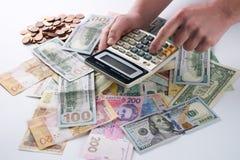 Hombre de negocios o contable que usa la calculadora imágenes de archivo libres de regalías