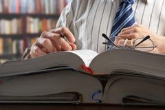 Hombre de negocios o diario de la lectura del profesor fotografía de archivo libre de regalías